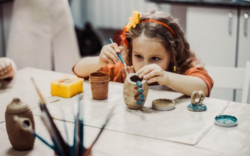 Meisje bezig met kleien en schilderen | Beeld: Shutterstock.com