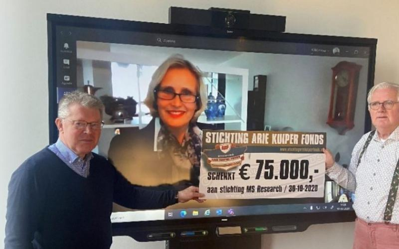 Bestuursleden van het Arie Kuiper fonds overhandigen online een cheque aan directeur van Stichting MS Research. | Beeld: website MS Research